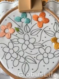 Diy Embroidery Bags, Hand Embroidery Patterns Flowers, Ribbon Embroidery Tutorial, Hand Embroidery Projects, Hand Embroidery Videos, Simple Embroidery, Learn Embroidery, Hand Embroidery Stitches, Hand Embroidery Designs