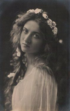 "The Maude Fealy Postcard Gallery - Beagles. This shows Maude as Ophelia from ""Hamlet"". Antique Photos, Vintage Pictures, Vintage Photographs, Old Pictures, Vintage Images, Old Photos, Art Vintage, Look Vintage, Vintage Beauty"