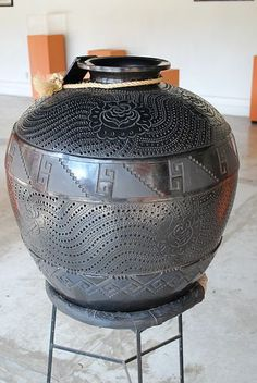 Barro negro pottery at the state crafts museum, Oaxaca, Mexico Mexican Artwork, Mexican Folk Art, State Crafts, Mexican Ceramics, Mexican Crafts, Pueblo Pottery, Native American Pottery, Southwest Decor, Mexican Designs