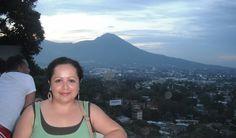 Mirador Municipal en San Salvador, con el volcan de fondo.