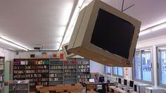 """Hem ambientat la biblioteca  de cara a la primera tertúlia dels Joves del Club. Són pantalles que recorden les del llibre """"Fahrenheit 451"""" de Ray Bradbury."""