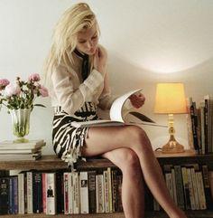 Jessica Stam reading