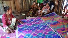 Sama Dilaut weavers and their banig, Tawi-Tawi, Philippines Boys Room Decor, Diy Bedroom Decor, Diy Home Decor, School Decorations, Paper Decorations, Picnic Blanket, Outdoor Blanket, Home Decor Near Me, Living Room Decor Inspiration