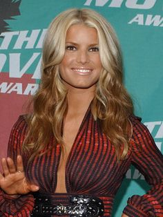 I like Jessica Simpson but I don't like her hair most of the time, what I do love is the dress she is wearing! Reverse Ombre Hair, Best Ombre Hair, 2015 Hairstyles, Straight Hairstyles, Bombshell Makeup, Jessica Simpson Hair, Playing With Hair, Ginger Hair, Charlize Theron