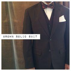 suit:ブラウン shirt:白クレリック bowtie:クレイジーペイズリー  #新郎#カジュアルウエディング