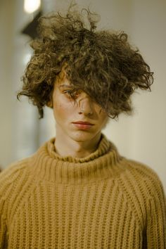 Andrei Dobrin at Yohji Yamamoto F/W 2017 by Yann Morrison Male Models Poses, Boy Models, Black Hair Aesthetic, Models Backstage, Yohji Yamamoto, Afro, High Fashion, Curly Hair Styles, Photos
