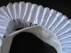 Making an Elizabethan ruff Historical Costume, Historical Clothing, Costume Patterns, Sewing Patterns, Formation Couture, Elizabethan Dress, Ruff Collar, Pattern Drafting, Fabric Manipulation