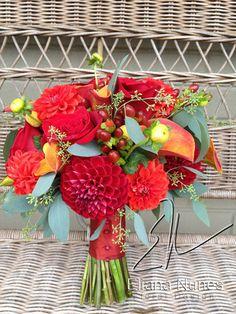 Bukiet ślubny z czerwonymi daliami, cantedeskią i eukaliptusem.