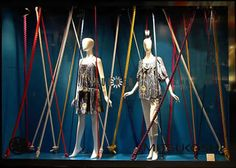 A Mitsukoshi utilizou cordas coloridas na vitrine