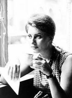 Sophia Loren bebiendo café