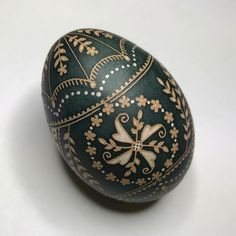 """linework is based on """"shower of flowers"""" from @lorriepopow's egg design book, """"Patterns for Ukrainian-Style Easter Eggs"""". #pysanky #pysanka #challenge"""