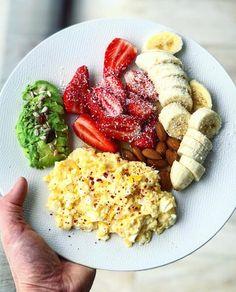 """11.4 k mentions J'aime, 159 commentaires - Thibault Geoffray #90DayLC 🇫🇷 (@thibault_geoffray) sur Instagram: """"Dans cette assiette simplement composée et hyper efficace 🍓, vous trouvez tout ce qu'il y a besoin…"""" Healthy Cooking, Healthy Recipes, Healthy Food, Eat Breakfast, Cobb Salad, Lunch Box, Menu, Nutrition, Diet"""