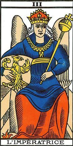 ROJO NOCTURNO, CENTRÍPETO, HEMBRA. Es el fuego del atanor alquimista donde se opera la digestión, maduración y regeneración del ser o de la obra. Por ello es el color del conocimiento prohibido a los no iniciados, esotérico; el que magos, sacerdotes y brujos ocultan bajo su capa o manto. La Emperatriz en el Tarot de Marsella.