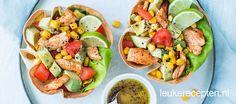 Een maaltijdsalade met kip en avocado en limoendressing in een krokant tortilla bakje // wrap, sla, avocado, mais, zwarte bonen ipv kip Quick Healthy Meals, Healthy Recipes, Healthy Salads, Vegetarian Recipes, Healthy Food, Bangers And Mash Recipe, Lunch Menu, Food Design, Great Recipes