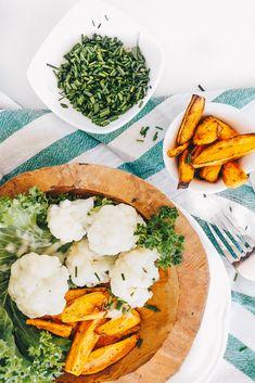 Süßkartoffel Pommes mit zart-gegartem Blumenkohl im Dampfgarer auf VANILLAHOLICA.com  Durch den Dampfgarer werden die Vitamine und Mineralstoffe im Gemüse nicht zerstört sondern behalten. Daher ist das vegane Mittagessen besonders gesund, einfach und erstrecht lecker. Mit viel Chlorophyll und Eisen stärkt es das Immunsystem. Vegane Rezepte können so einfach sein. Glutunfrei und Laktosefrei dazu.