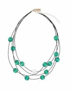 Handgefertigte Halskette der finnischen Manufaktur AARIKKA. #Halskette #Holzschmuck #Perlenkette  #stilvoll #zeitlos #elegant #türkis #nachhaltig