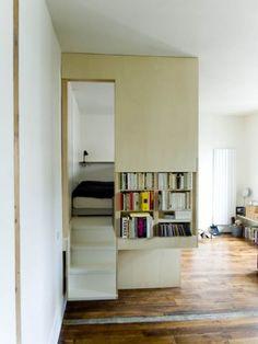 chambre isolée derrière des cloison en contreplaquée dans un grand studio