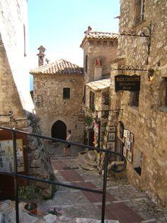 Une #ruelle médiévale typique d'#Eze