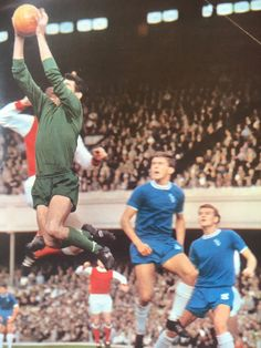 September Chelsea goalkeeper Peter Bonetti catching the ball against Arsenal, watched by John Hollins and Eddie McCreadie. Chelsea Football, Chelsea Fc, School Football, Football Jerseys, John Hollins, Peter Bonetti, Chelsea Players, Arsenal Players, Vintage Football