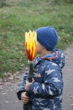 Upcycling idea for Sankt Martin: making a bottle torch - Upcycled Crafts Halloween Dishes, Halloween Night, Easy Fall Crafts, Fall Diy, Kindergarten Crafts, Preschool Crafts, Bottle Torch, Diy For Kids, Crafts For Kids