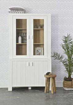 KARWEI   Geef je mooiste accessoires een plekje in een vitrinekast #wooninspiratie #woonkamer #karwei