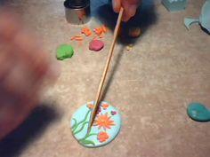Indrani Handmade: Tutorial martisoare/ Cum se face o brosa martisor cu flori Polymer Clay Flowers, Fimo Clay, Polymer Clay Jewelry, Spring Flowers, Make It Yourself, Face, Handmade, Brooch, Hand Made
