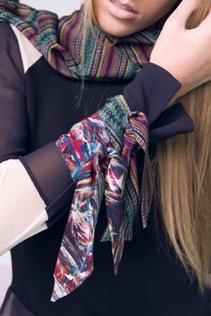 Van Cleve e a arte de Rodrigo Level. Lenço Scarf, estampa Tre Braided Brocade e Silk Bands nas estampas The Braided Brocade e Saxby. #vancleveetelas