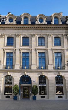 Chanel jewelry boutique, place Vendome, Paris is part of Parisian architecture - Parisian Architecture, Classic Architecture, Beautiful Architecture, Landscape Architecture, Facade Architecture, Georgian Architecture, Place Vendome Paris, Paris Balcony, Place Vendôme