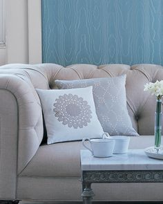 The lace patterns in doilies give them a floral or snowy appearance. Here's how to update your pillows using doilies. Diy Pillows, Handmade Pillows, Custom Pillows, Decorative Pillows, Throw Pillows, Sofa Pillows, Doilies Crafts, Lace Doilies, Pillow Tutorial