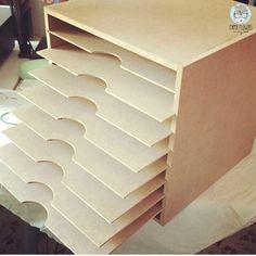 mueble scrapbooking chalk paint Cardboard Drawers, Cardboard Furniture, Diy Cardboard, Chalk Paint Furniture, Desk Organization Diy, Scrapbook Organization, Paper Storage, Diy Storage, Attic Craft Rooms