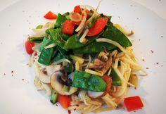 Glasnudeln mit gebratenem Gemüse von cookingsociety.at Spaghetti, Pasta, Ethnic Recipes, Food, Fried Vegetables, New Recipes, Noodle, Fresh, Koken
