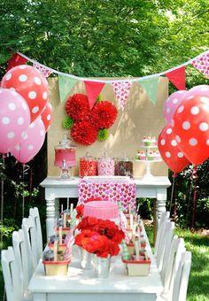 Summer party tablescape ideas. Mesa de festa de picnic para menina com tema morangos.
