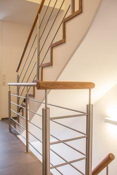 Moderne Faltwerktreppe auf Betonunterkonstruktion #treppe #treppengeländer #treppenbau #ballertholzmanufaktur Modern, Stairs, Interior Design, House, Summer, Home Decor, Staircases, Wooden Stairs, Stair Treads