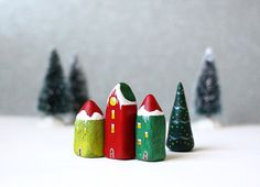 Petit village de Noël avec trois maisons et un arbre by rodica