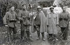Chasseur à pied / Grabenmagazin für Gew 98  No correspondence.   Decorated Bavarian infantrymen pose with two French prisoners of war. The fellow in the centre wear the insignia of the Chasseur à pied (French light infantry) on his helmet, the other one isn't so clear.   Of note is the 20-round Grabenmagazin fitted to the Gew 98 on the right. These magazines were generally issued to troops in defensive positions as they were cumbersome and generally unpopular with the men in the field.