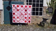 """Heute zeige ich euch meinen fertigen Red&White Quilt. Genäht ist er nach der Vorlage für den Quilt """"Framed"""" von Camille Roskelley aus ihrem """"Simply Retro"""". Der Quilt hat eine finale Größe von 63""""x 63"""".  Verwendet habe ich verschiedene rote Stoffe mit feinen weißen Muster oder uni. Die Zwischenstreifen sind ein helles Reinweiß. Für die Rückseite habe ich einen rot-weiß karierten Stoff verw ..."""