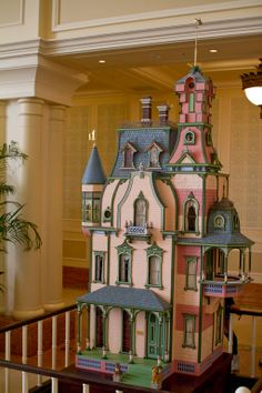 Amazing dollhouse from Disney Tokyo. I know this is a dollhouse but I want to live in it so bad! Vitrine Miniature, Miniature Rooms, Miniature Houses, Fairy Houses, Play Houses, Dollhouse Dolls, Dollhouse Miniatures, Dolly House, Tokyo Disney Resort