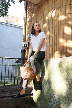 French Girl Style, Black Loafers, Basket Bag, Cool Style, My Style, Black Pants, Straw Bag, Mom Jeans, Summertime