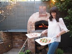 Installing a wood fired pizza oven in our garden - small garden inspiration Oven Diy, Diy Pizza Oven, Pizza Oven Outdoor, Pizza Ovens, Asado Grill, Garden Pizza, Brick Bbq, Four A Pizza, Fire Pizza