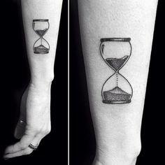 tatuaje reloj de arena para las piernas