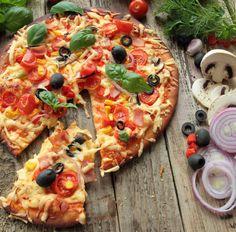Pizza (Tortilla) mit Tomaten, Schinken, Champignons, Oliven und Mais