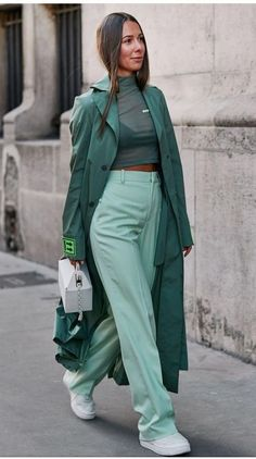 Spring outfit | Green | Ton sur ton | White sneakers | Look of the day | Mesh top | Green trenchcoat | Green trousers | Inspiration | More on Fashionchick