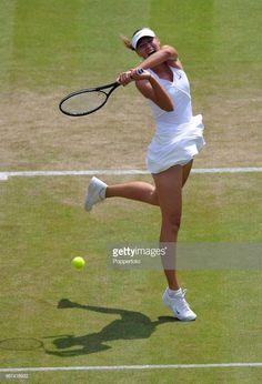 Photo d'actualité : Maria Sharapova of Russia returns the ball...