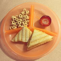 BREAKFAST- quick and painless  grilled cheese, Cheerios & a strawberry! #toddlerbreakfast #toddlermeals #toddlermealideas #cheerios #desayuno #blw #babyledweaning #blwideas #18months #nutrition #goodeats #foodiemom #toddlerapproved #puertorico *sandwich de queso cheddar, cereal y una fresa*