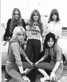 The Runaways: Clockwise from top left: Lita Ford, Sandy West, Jackie Fox, Joan Jett, and Cherie Currie in 1976 Joan Jett, Lita Ford, Girl Bands, Pop Punk, The Runaways Cherry Bomb, Sandy West, Cherie Currie, El Rock And Roll, Grunge