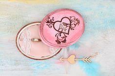Różowe pudełko na obrączki, z motywem ptaszków. W środku - stylowa poduszeczka wykończona delikatną, ślubną koronką.  Pudełko można dowolnie spersonalizować!  Do kupienia w sklepie online Madame Allure.