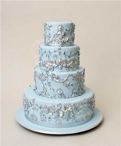 Van a ser múltiples los pasteles de boda. Los pasteles de boda son azul y blanco con plata.