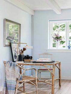 I Mille Kalsmoses sommerhus finder du ingen moderne bekvemmeligheder som samtalekøkken, mikroovn eller boblebad. Mange af møblerne er tilbage fra 1920'erne, for i det charmerende stråtækte hus er autenticitet og historie vægtet højt. Mille har gjort en dyd ud af at føre huset tilbage til 1920'ernes frie sommerliv med masser af plads til frie tanker, kunst og en flamboyant levestil.