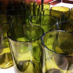 Sabías que se han encontrado piezas de vidrio con más de 4000 años de antigüedad? Cada botella reciclada es una botella menos en el vertedero. Aquí van un montón, y una cuantas ventanas, que se convertirán en hermosas y útiles piezas. Dale la vuelta, prefiere vidrio reciclado. . . . . #instgram40tena #artesaniaenvidrio #decoración #diseñochile #vitrofusión #regalosoriginales  #concon #viñadelmar #valparaiso #chile #diadelatierra🌎 Pickles, Cucumber, Chile, Recycled Glass, Glass Bottles, Earth Day, Original Gifts, Windows, Atelier