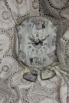 Купить или заказать Набор для оформления свадьбы в стиле шебби-шик в интернет-магазине на Ярмарке Мастеров. Нежный и романтичный набор для оформления свадьбы в стиле шебби-шик.Набор состоит:из часов высотой 30см,2 бокала,2 деревянных сердечка-подвески,на которых можно написать имена и книга для свадебных пожеланий со страничками,состаренными кофе.…